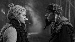 """Каръци (2015)  Най-новият филм на Ивайло Христов вече може да се похвали с няколко престижни награди. В """"Каръци"""" режисьорът успява да надгради над досегашните си ленти (""""Имигранти"""", """"Приятелите ме наричат Чичо"""", """"Стъпки в пясъка"""") и да обрисува едни живи и достоверни персонажи, които не просто забавляват зрителя по време на филма, но и внезапно го натъжават, щом си даде сметка, че присмивайки се на тях, той всъщност се присмива на собственото си нещастие.  Главните герои са група ученици в малък български град, изградили собствена изначално сбъркана йерархия на взаимоотношенията и борещи се с пълната липса на перспективи в битието си. В крайна сметка не е преувеличено да се каже, че """"Каръци"""" е най-хубавият български филм за прехода, макар че (и именно защото) не показва никакъв преход, а само резултатите от него."""