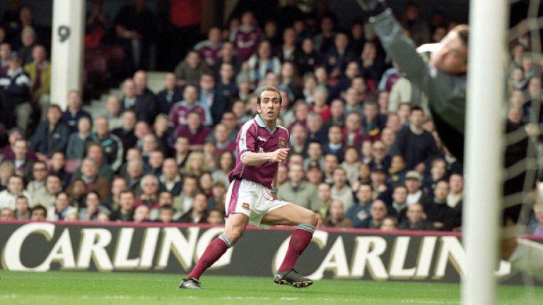 """Нападател: Паоло Ди Канио Четири сезона, 148 мача и 48 гола. Хари Реднап признава, че довеждането му на """"Ъптън парк"""" е риск, имайки предвид темперамента на Ди Канио, но италианецът доказва класата си. Голът му срещу Уимбълдън през 2000 г. и до днес се смята за един от шедьоврите във Висшата лига."""
