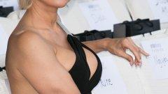 """Памела Андерсън като Дейна Скъли в """"Досиетата Х""""   Русата """"спасителка на плажа"""" Памела Андерсън е първият избор на продуцентите за ролята на агент Дейна Скъли. По-късно след редица кастинги те все пак се спират на Джилиън Андерсън, която помним и до днес като екранен партньор на Дейвид Духовни.   Самата Джилиън няколко пъти споменава в свои интервюта, че преди нея за ролята е била предвидена някоя по-висока и по-пищна нейна колежка, която да не засенчва твърде много агент Мълдър и неговия остър като бръснач ум в сериала."""