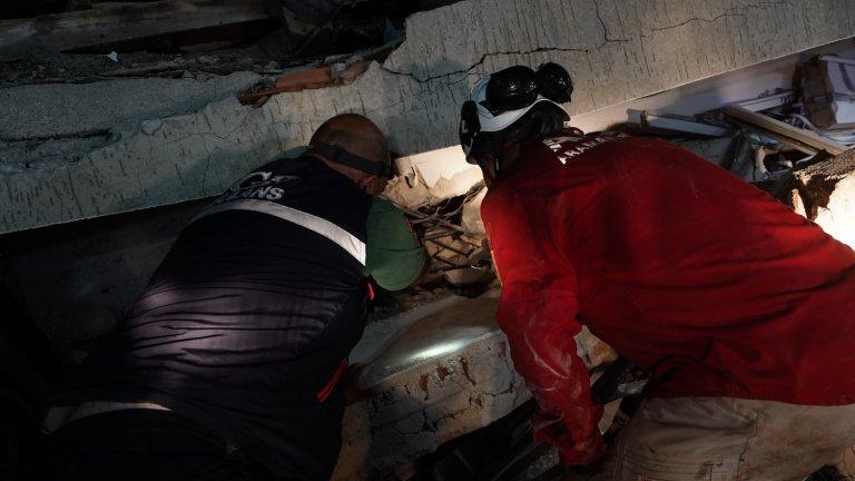Часове наред след земетресението спасителите продължават да търсят хора сред разрухата.