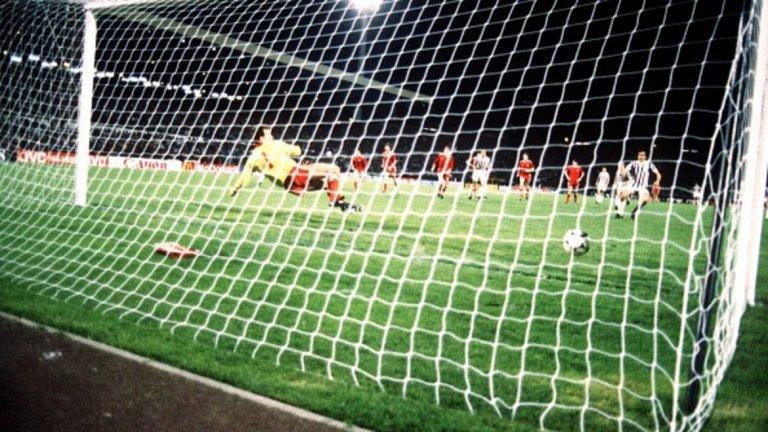 """Дузпата на """"Хейзел""""   В средата на 80-те години Ювентус разполага със страхотен отбор, в който играят и чуждестранни звезди като французина Мишел Платини и поляка Збигнев Бониек. Финалният мач за КЕШ срещу Ливърпул през 1985 г. е предшестван от голямата трагедия, отнела живота на 39 зрители на стадион """"Хейзел"""" в Брюксел. Въпреки това, френският президент на УЕФА Жак Жорж и префектът на белгийската столица решават, че мачът ще се играе. Ювентус печели с 1:0 след гол от несъществуваща дузпа, отсъдена от швейцарския арбитър Андре Дена. Нарушението в 56 минута, извършено от Гари Гилеспи срещу Бониек, е най-малко на метър извън наказателното поле. Само че реферът отсъжда наказателен удар. При изпълнението Платини е точен във вратата на Брус Гробелар, а след това хуква да се радва по игрището, забравил за трагичните събития два часа по-рано. Оправданието на съдията след мача гласи, че уж бил на 20 метра от събитията и му се видяло, че това е дузпа.  Само че англичаните нямат вяра на подобни обяснения. Още повече, че са известни дългогодишните контакти на италианските футболни манипулатори с реферите от Швейцария. Още от времето на прочутия Готфрид Дийнст през 60-те години, оказал се по-късно дори техен съдружник в някои бизнес начинания."""