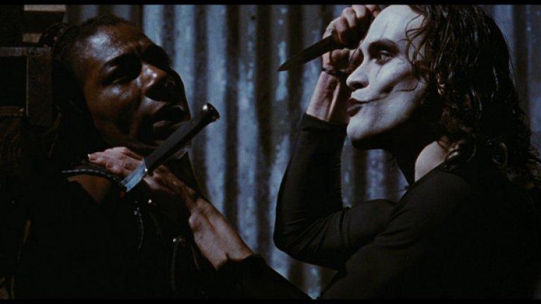 Брендън Лий прави най-добрата си роля в образа на Ерик Дрейвън, призван от оня свят да унищожи целия престъпен синдикат, воден от алфа-гангстера Топ Долар, изигран прекрасно от Майкъл Уинкот.   Ърни Хъдсън, Бай Линг, Джон Полито и Дейвид Патрик Кели допълват страхотния актьорски ансамбъл. Филмът е деведесетарска класика и една от най-стабилните и безкомпромисни комиксови екранизации на всички времена.