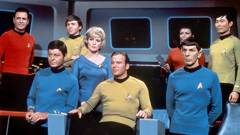 """""""Стар Трек"""" Да не забравим за """"Стар Трек: оригиналният сериал"""": той поставя началото на всичко. Научно-фантастичната поредица, създадена от Джин Родънбъри поставя началото на култ, който продължава да живее десетилетия по-късно. Епизодите се излъчват от 1966 година до 1969 година. Още в началото сериалът не се радва на висок рейтинг, но заради безбройните петиции на групата верни фенове, NBC не спира излъчването на епизодите. След края на трети сезон епизодите спират заради нисък рейтинг. Впоследствие сериалът се оказва в основата на движение, подобно на религиозен култ, в центъра на който е Спок."""