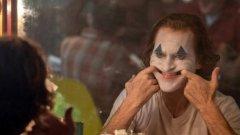 """Joker / """"Жокер""""   Публиката във Венеция ще има привилегията да гледа първата прожекция на """"Жокерът"""" с Хоакин Финикс - един от филмите, които вече се спрягат в класациите с фаворити за """"Оскар"""". Хийт Леджър спечели наградата на Академията посмъртно именно за ролята си на антигероя в The Dark Knight, а сега талантливият Хоакин Финикс получава перфектна възможност да извади най-мрачните, болезнени и патологични нишки от образа му."""
