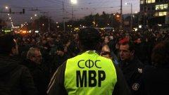 След неколкодневни протести и блокади на пътищата в София и цялата страна в края на 2015 г. полицаите успяха да си извоюват отлагане на съкращенията на привилегии