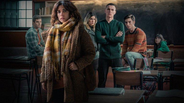 """The Mess You Leave Behind (Netflix) - 11 декември  Испанците открай време правят добри сериали, а The Mess You Leave Behind изглежда като нещо достатъчно интересно, че да запълни средата на декември. Базиран на едноименния роман на Карлос Монтеро, за който писателят спечели наградата """"Примавера"""", The Mess You Leave Behind съчетава драма и съспенс. В него две времеви линии се преплитат, разказвайки историята на двамата протагонисти. Ракел е новата учителка, която току-що пристигна в гимназията на едно забутано градче в Галисия. Вирука пък е учителката, на чието място Ракел идва. За нея се знае, че е загинала трагично, но как точно не се разкрива. Тези две учители изведнъж ще бъдат обгърнати от """"спирала от заплахи, лъжи и мистерии"""", които ще променят живота им и живота на техните семейства завинаги."""