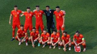 """Обяснено: Защо играчите на Уелс се подреждат """"накриво"""" за отборните снимки"""