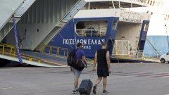 Профсъюзите са недоволни от предложени законови промени. Стачка се проведе и миналата седмица, а преди това профсъюзното недоволство в страната беше отразено и през юли (на снимката: засегнати от стачката пътници, чакащи за ферибот)