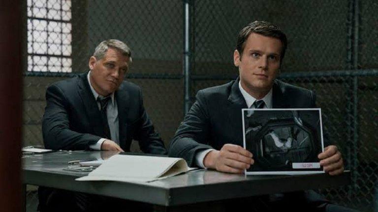 """Mindhunter (""""Ловец на мозъци"""") Вдъхновен от истински събития, криминалният сериал на Netflix се развива в средата на 70-те години в САЩ, когато съставянето на психологически профил на престъпниците все още е в зародиш. В ранните етапи от изучаването на престъпните умове  ФБР създава отдел по """"Поведенчески анализ"""", в който агентите Холдън Форд (Джонатан Гроф), Бил Тренч (Холт Макколъни) и психологът Уенди Кат (Ана Торв) провеждат поредица от интервюта със серийни убийци, за да разберат как функционира мозъкът им и какво провокира поведението им. Целта е да се събере достатъчно информация, за да се стигне до дъното на най-зловещите убийства в Атланта, продължили две десетилетия."""