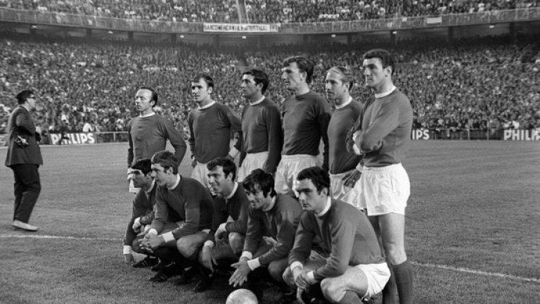 """15 май 1968 г. - Брилянтни на """"Бернабеу"""". Прогнозите се сбъдват - в 44-рата минута Реал води с 3:1, а Юнайтед направо е разпилят. 17 минути преди края гостите са извън финала, като им трябва поне един гол. Бест изпълнява пряк свободен удар, топката е отбита с мъка от вратаря и Дейвид Садлър я вкарва - 2:3. После Джордж Бест навързва защитата на Реал и подава на Били Фоулкс - 3:3. Финал! На 36 години Фоулкс, един от оцелелите от Бебетата на Бъзби в Мюнхен, най-накрая стига до финала след три загубени полуфинала с Юнайтед. Съставът преди мача с Реал: Ноби Стайлс, Пат Креранд, Шей Бренън, Алекс Степни, Боби Чарлтън, Били Фоулкс (горе). Тони Дън, Брайън Кид, Дейвид Садлър, Джордж Бест, Джон Астън (долу)."""