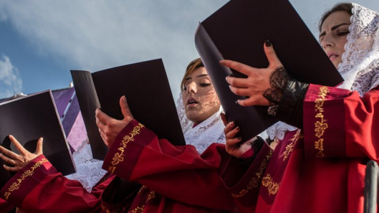 Хористки пеят по време на церемонията за канонизиране на жертвите