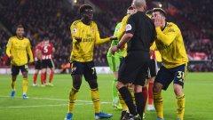 Играчите на Арсенал убеждават рефера Майк Дийн да отсъди дузпа, но неговото решение беше жълт картон за симулация на Букайо Сака