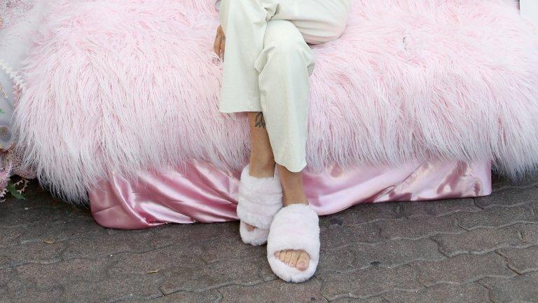 Пухкави чехлиUgg е онази марка, която прави ботуши от висококачествена агнешка кожа, но понякога брандът се пробва и в други насоки. Една от тях например са пухкави сандали и чехли, за които не можем да се сетим къде можем да обуем. Цента за един непрактичен чифт от тези чехли е 110 долара.