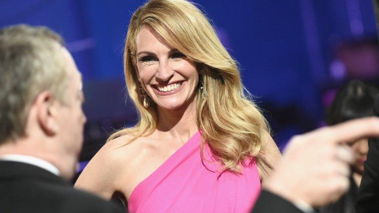 """Може да ви се струва, че през последното десетилетие Джулия Робъртс остана някак настрани от светлините на прожекторите и вниманието на масовата аудитория. Това обаче не означава, че е спряла да работи. Ролята й в The Normal Heart (2014 г.) на HBO й носи номинация за """"Еми"""", а година по-рано за участието си в черната комедия August: Osage County  е номинирана за няколко различни отличия, сред които и за """"Оскар"""". Не трябва да пропускаме и драмата Wonder (2017 г.), който се превърна в изненадващ боксофис хит."""