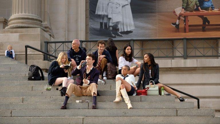 """""""Клюкарката"""" (Gossip Girl) Къде: HBO Max Популярната тийн драма от края на миналото десетилетие се завръща със старите продуценти, но напълно различен актьорски състав. Сюжетът ще ни представи богатите тийнейджъри на Манхатън в епохата на Instagram и TikTok, когато клюките се разпространяват още по-бързо."""