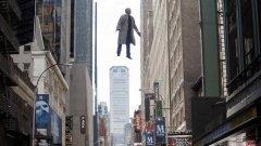 """""""Бърдмен, или Неочакваната добродетел на невежеството""""     Мексиканският режисьор Алехандро Гонзалес Иняриту преоткри себе си с този безобразно майсторски филм за творческа тревожност и лутане между фантазията и реалността. """"Бърдмен"""" полита на крилете на един невероятен Майкъл Кийтън – залязла холивудска звезда от комиксови филми за супергерои, който играе ролята на... залязла холивудска звезда от комиксови филми за супергерои.    """"Бърдмен"""" функционира като метакоментар на комерсиалното кино, преходността на славата и арт претенциите на """"истинските всеотдайни творци"""".    Филмът работи на много нива, а изобилието от теми, символи, препратки и намигвания е прекалено голямо. Техническата реализация е неприлично съвършена. Да идват малките златни статуетки."""
