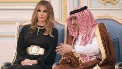Както и други скорошни западни посетителки в Саудитска Арабия, Мелания не покри косата си със забрадка, пристигайки в консервативното ислямско кралство.