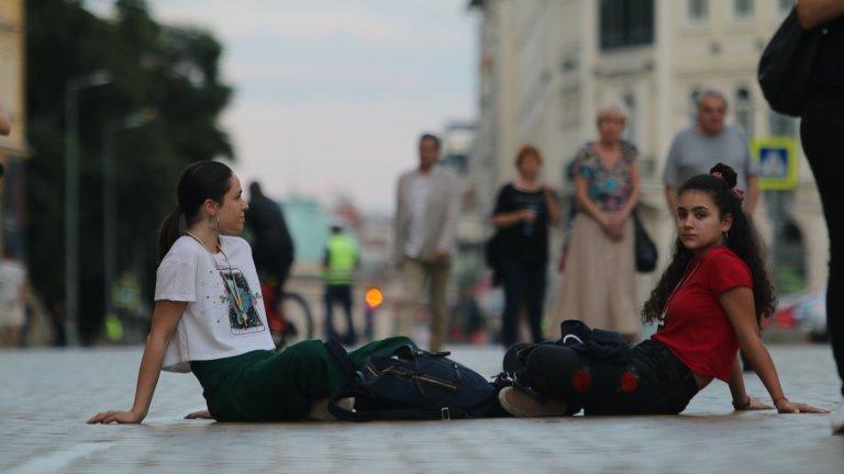Животът навън - политически, обществен и икономически - оставя някъде там, далеч извън стените на българското училище