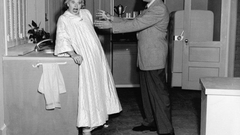 """I Love Lucy, 1952 Днес неведнъж на екрана сме виждали бременни жени или актриси, които крият бременността си от зрителите, за да не изневерят на образа на героинята си. В началото на 50-те години обаче това е недопустимо, а бременност е """"мръсна дума"""". Затова и в сериала I Love Lucy бременността минава през френска дума - Lucy Is Enceinte (""""Луси е бременна""""). По това време CBS не иска Люсил Бол и Деси Арнас да вписват в епизодите истинската бременност на актрисата и звезда на шоуто, защото вярват, че това може да обиди зрителите. В този период е недопустимо дори женена двойка да бъде показвана в едно и също легло, защото намекът за секс се възприема като скандален. За Бол и Арнас, които са двойка и в живота обаче, важно е сериалът да показва всички аспекти от живота им, включително бременността. Те получават необходимото разрешение за епизода, но със забраната да ползват думата """"бременна"""". Този епизод обаче, както и онзи, в които се показва раждането на детето (същата вечер, в която Люсил Бол ражда наистина), се оказват толкова успешни, че успяват да наложат това телевизията да отразява живота на американците такъв, какъвто е, а не просто негов идеализиран образ."""