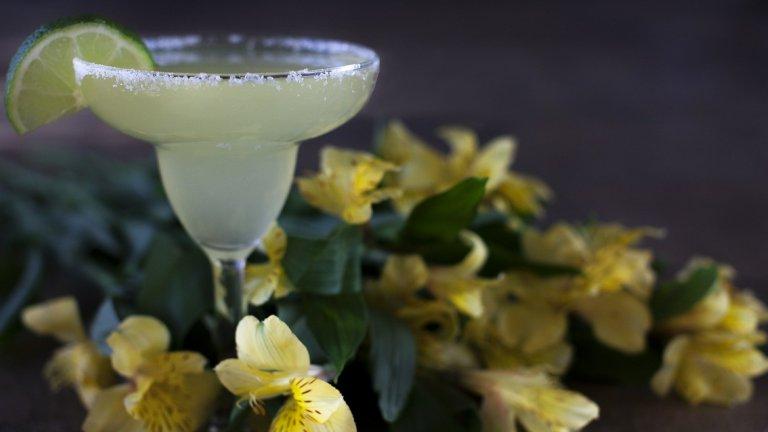 Маргарита  Мексико твърди, че е родината на този летен коктейл, за който ще са ви необходими 50 мл. текила, 20 мл. портокалов ликьор и 20 мл. лимонов сок. Всичко се сипва в шейкър с лед, смесва се добре и се налива във висока коктейлна чаша. Ръбът, потопен в сол, и украсата с резенче лайм са задължителни.