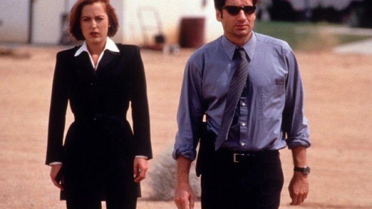 """Дейвид Духовни и Джилиън Андерсън в """"Досиетата X""""   Една от най-известните екранни двойки в историята се оказва в доста несъвършени взаимоотношения – и то при толкова много спекулации, че двамата са имали любовна връзка. Всъщност Дейвид Духовни и Джилиън Андерсън изкарват деветте сезона на култовия сериал в постояни дрязги. """"Карахме се за нищо и никакви неща. Не можехме да се понасяме един друг"""", откровен е Духовни. Андерсън негодувала открито срещу него и срещу създателя на сериала Крис Картър, когато открила, че Духовни е двойно по-добре платен от нея.   """"Сексизъм ли беше това? Може би"""", коментира тя. """"По същия начин бяхме режисирани. Аз винаги трябваше да вървя зад него, никога не бяхме един до друг. Това ми се струва наистина безумно като се сетя. Излизаме от колата, тръгваме към къщата и аз трябва да съм зад него, въпреки че имаме еднакво количество реплики"""". Изглеждаше, че двамата са заровили томахавките при миналогодишните празненства по случай 20-годишнината от появата на сериала. Те дори изразиха готовност да направят още един филм по """"Досиетата Х"""" заедно."""