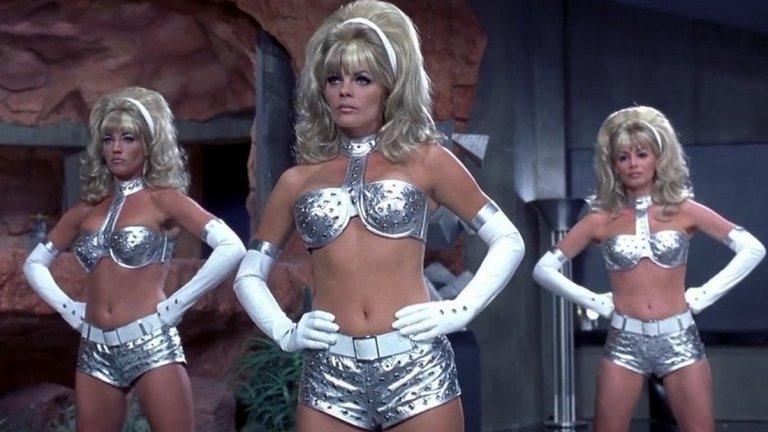 """Жените ботове, """"Austin Powers"""" (1997 г.)  Трябваше да завършим с нещо позитивно, нали така? Какво по-позитивно от група прекрасни руси жени. Единственият проблем е, че те всъщност са роботи убийци и се опитват да ликвидират шпионина любовник Остин Пауърс. Как? Стреляйки по него... с гърдите си. Хем е някак секси, хем е смущаващо. Във филма Пауърс успява да взриви главите им (буквално) със своя """"свръх-сексапил"""", но представете си какво ще се случи, ако десетина такива тръгнат из дискотеките в Слънчев бряг."""