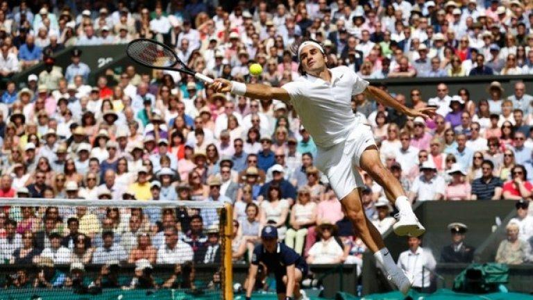 Роджър Федерер се опитва да отиграе топка, която го е сварила неподготвен по време на финала му с Новак Джокович на най-престижния тенис турнир - Уимбълдън, игран на 6-ти юли.  Швейцарският Маестро не успя да завоюва 18-та си титла от Големия шлем, като след оспорвана битка сръбският номер 1 спечели отличието