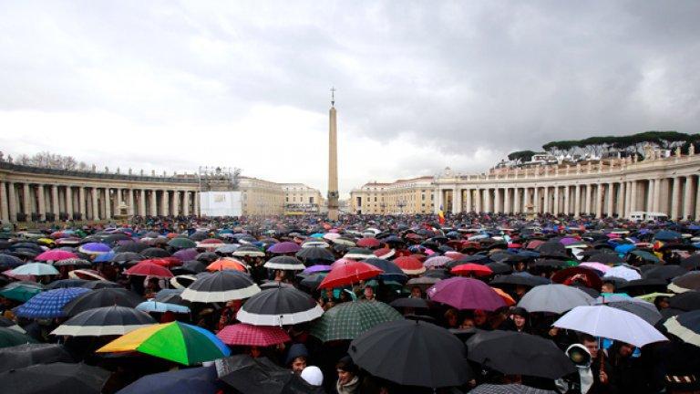 Тълпата очаква името на новия папа