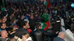 """Вместо да се потърси разрешение за кризата, за да не се повтаря, вече трети ден се разнасят викове """"Българи юнаци"""" и """"България на българите"""", трупат се политически дивиденти чрез расистки речи и се призова към """"война""""."""