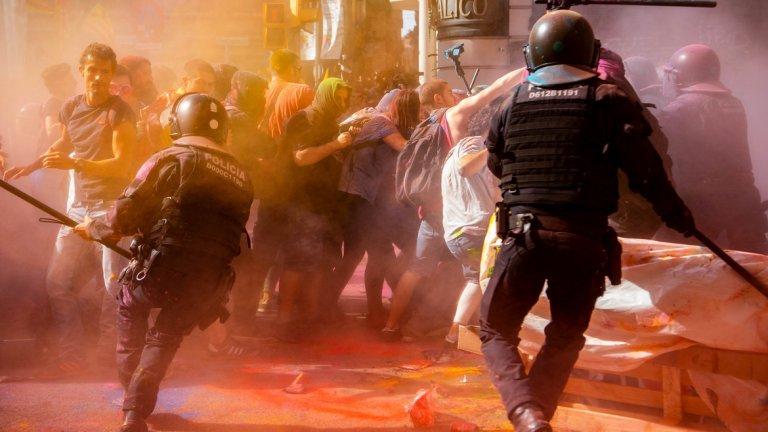 """Какъв е отговорът на правителството? В последния митинг за независимост, на който по улиците на Барселона излязоха над 350 000 души, се стигна до сблъсъци между полицията и радикалните протестиращи, което доведе до 44 ранени души и множество арестувани. Регионалното правителство на Каталония призова за спокойствие и осъди използването на насилие от протестиращите, докато правителството в Мадрид заяви, че """"обмисля всички сценарии за действие"""" срещу насилието."""