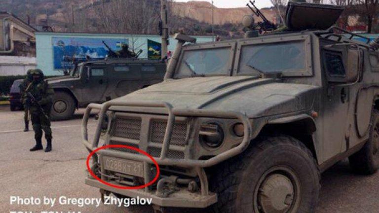 """При джипа всичко е еднозначно, става дума за ГАЗ-2975 """"Тигър"""", на стойност 60 хил. долара. Този модел се ползва предимно от руската армия. Освен това на регистрационния номер има код за военен автомобил """"21"""", което отговаря на Северно-кавказкия военен окръг."""