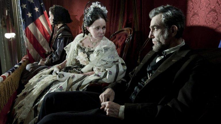 """Линкълн / Lincoln - 12 номинации през 2013 г.   Още един исторически филм, създаден от един от най-добрите режисьори на Холивуд - Стивън Спилбърг - в тандем с един от най-добрите актьори в света - Даниел Дей-Люис. От дузината номинации """"Линкълн"""" успя да вземе само две награди - за най-добра мъжка роля и за най-добър дизайн на костюми.  Скоро очакваме да видим Даниел Дей-Люис в новия филм на създателя на """"Ще се лее кръв"""" Пол Томас Андерсън, и няма да се учудим, ако заслучи четвъртия си """"Оскар"""" за актьорското си майсторство."""