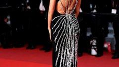 """Актриси, модели от 90-те и популярни личности от Instagram присъстваха на червения килим на Кан тази година. Присъствието на фестивала се превърна в състезание по разголване: бяха демонстрирани елегантни, но прозрачни рокли, огромни цепки и голи рамене.  Една от основните битки се случи по време на премиерата на """"The Unknown Girl (La Fille Inconnue)"""" на 18 май, където присъстваха Бела Хадид, Ирина Шейк и Роузи Хънтингтън-Уайтли - коя от коя по-елегантна и разголена  На снимката: Ирина Шейк"""
