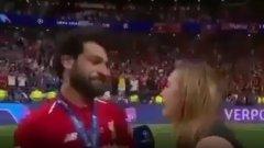 Салах си помисли, че журналистката иска да го целуне.