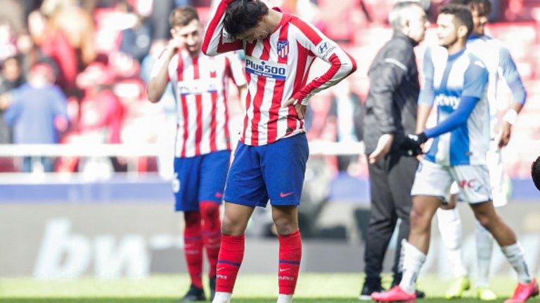 """Жоао Феликс - Атлетико Мадрид, 126 млн. евро (2019)  20-годишният португалец премина на """"Уанда Метрополитано"""" от Бенфика през лятото с репутацията на суперталант. Но със скромните 4 гола и 2 асистенции в 24 мача през сезона, няма как да бъде смятан за нещо различно от тежко разочарование. Той попадна в Атлетико в период на обновяване на отбора, а дефанзивната тактика на Диего Симеоне със сигурност никак не го улеснява. Предния сезон в Бенфика, Феликс се отчете с 20 гола и 11 асистенции и се предполага, че повече му пасва тим, който води играта, а не изчаква на контраатаки. В Атлетико е неизбежно да бъде сравняван и с фундаменталния Антоан Гризман, който напусна и трудно може да бъде заменен. Засега Феликс по никакъв начин не оправдава стойността си на третия най-скъп играч в историята, но поне времето е пред него и потенциалът му остава необикновено голям."""