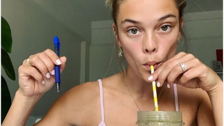 Не е удудващо, че профилите на Агдал в социалните мрежи имат хиляди последователи, но от Instagram-a ѝ могат да се научат още приятни изненади - като това, че тя е станала домашен фитнес инструктор, за чиито тренировки можем да се абонираме още днес. Апетитно предложение? О, да!