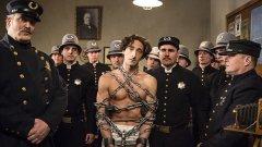 1. Houdini  Твърде любопитен нов минисериал със звездата Ейдриън Броуди в ролята на митичния илюзионист Хари Худини. Четиричасовата тв драма на History Channel проследява житейския път на свръхталантливия фокусник от екстремна бедност до световна слава и признание. Ако има човек, способен да създаде вълнуващ филмов портрет на личност от миналото, то това е именно мистър Броуди - майсторът на костюмните драми.