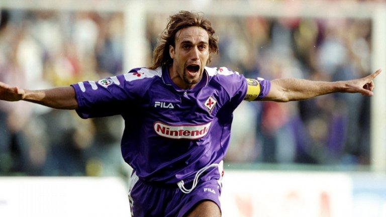 """5. Габриел Батистута  Батигол бе свързван с Юнайтед на няколко пъти през 90-те, но вместо това той остана във Фиорентина цели девет години, преди да премине в Рома през 2000 г. Аржентинецът бе сред най-големите голмайстори на времето си и Фъргюсън искаше да го доведе в Юнайтед, но сумите, за които се говореше, бяха астрономически.  Години по-късно Батистута бе запитан защо не е преминал в по-голям отбор като Юнайтед, Реал Мадрид или Милан, а той отговори: """"Предпочитах спокойствието на Фиорентина."""""""