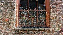 Стената с дъвките в Сиатъл. Следват латвийският затвор, превърнат в хотел, Музеят на човешката анатомия в Торино, Къщата на духовете в Сан Хосе и Музеят на питейната вода в Пекин