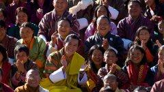 Негово Величество Джигме Хесар Намгиал Вангчук, настоящият крал на Бутан, сред свои поданици