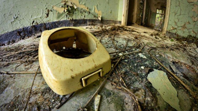 При преместването от София към Черепиш през 1950 г. е изгубена голяма част от имуществото на семинарията, както и много ценни документи. При завръщането в София през 1990 г. много неща са оставени във вече напуснатата сграда. След като пазачът е уволнен обаче всичко е разграбено. Останала е само тази ненужна коруба от стар телефон...
