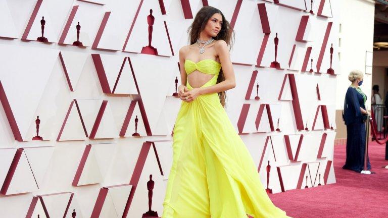 ЗендаяЯрка рокля на Valentino и още по-ярки бижута на Bulgari - Зендая направо блестеше в тази комбинация.