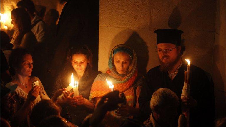 От посрещането на Благодатния огън до погребенията в Гана и постите на Рамадана - празниците не са това, което бяха