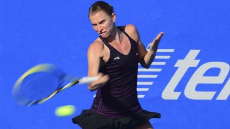 Сесил Каратанчева, която се класира за основната схема след победа с 6-2 4-6 6-3 над Юлия Глушко, ще срещне представителката на домакините Лорън Дейвис.