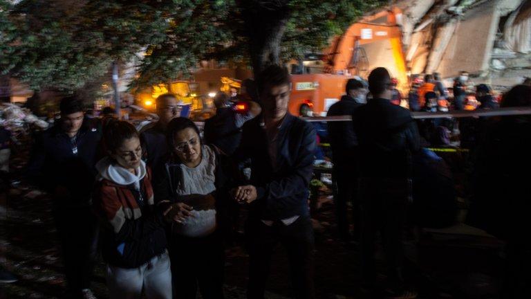 Заради трагедията държавните глави на Турция и Гърция временно оставиха споровете си, изказаха съболезнования и си обещаха подкрепа. Трусът засегна и гръцкият остров Самос, където загинаха две деца.