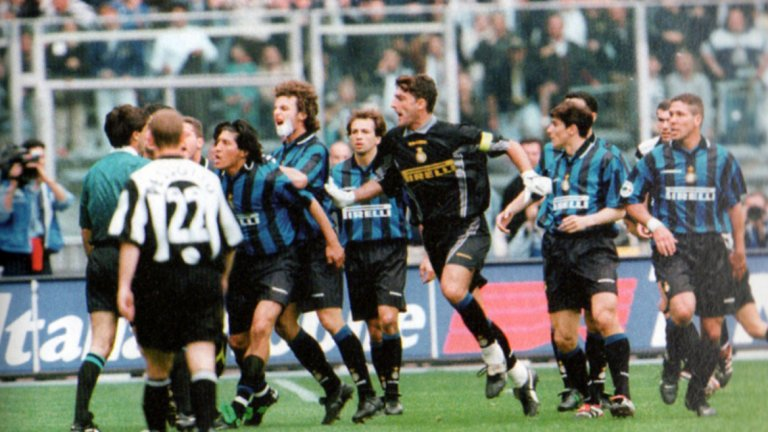 """Свирката на синьор Чекарини  """"Денят, в който беше убит футболът…"""" Така пресата в Италия окачествява злополучния 26 април 1998 г., когато на стадион """"Деле Алпи"""" в Торино един срещу друг в двубой за шампионската титла излизат Ювентус и Интер. Гостите от Милано се нуждаят само от точка, за да завършат първи в класирането. Гол на Алесандро Дел Пиеро в 28-ата минута дава аванс на """"бяло-черните"""", а след това съдията Пиеро Чекарини взима нещата в свои ръце. Позволява изключително груба игра на Ювентус, докато спрямо Интер е съвсем стриктен и дори гони техен играч. Но най-срамната сцена е онези, при която Марк Юлиано събаря по най-брутален начин бразилския феномен Роналдо в наказателното поле на домакините. Но Чекарини дава знак играта да продължи. И след проведената контраатака Дел Пиеро изкарва дузпа за Ювентус с очевидна симулация. Интеристите веднага нападат рефера. Нервите на треньора им Луиджи Симони също не издържат. Съдията първо гони него, а след това и помощника му. Вратарят Палиука спасява удара на Дел Пиеро от бялата точка, но Юве все пак удържа победата и се окичва с шампионските лаври. Пресата в Италия е единодушна, че """"бяло-черните""""са откраднали титлата от Интер, а съдийството на Пиеро Чекарини е определено като """"пладнешки обир""""."""