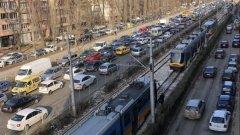 Блокирани са трамваи и тролеи по няколко линии.