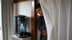 Акихико Кондо е само един от хората, обвързани с холограма