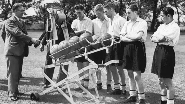 Интересна машина на тренировка на Уулвърхемптън през 1938 г. Тя се е използвала за центрирания и за дълги пасове и с чиято помощ са се тренирали нападателите. Да се чуди човек защо не се използва и сега.