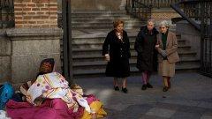 Минималният жизнен доход: Как Испания се надява да загърби крайната бедност